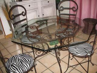 Table octogonale verre et fer forgé + 4 chaises