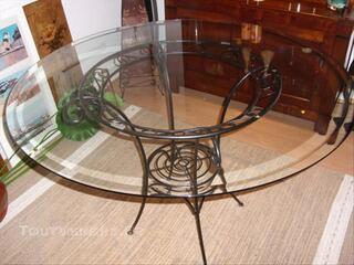 Table ronde avec dessu en verre.