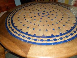 Table ronde Zelige bleu et noyer avec pieds fer forgé