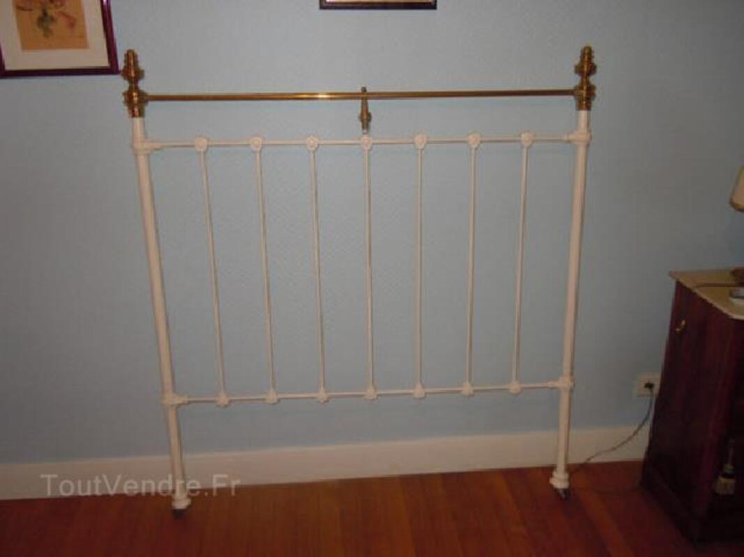 Tete de lit ancien en fer forge blanc avec decorations 92579513