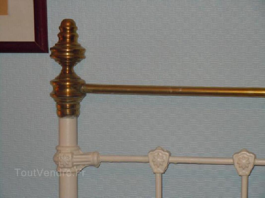 Tete de lit ancien en fer forge blanc avec decorations 92579514