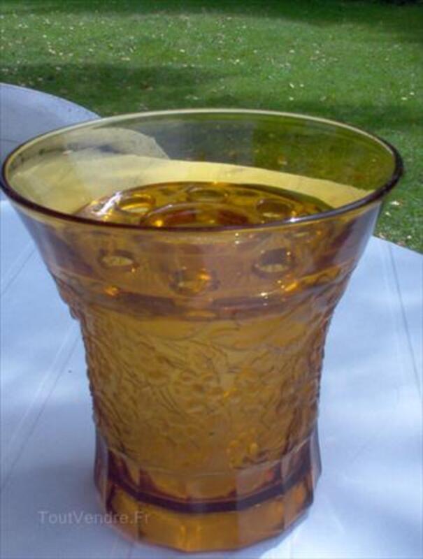 Vase en cristal moulé jaune et son pique fleurs-signé- 64410397