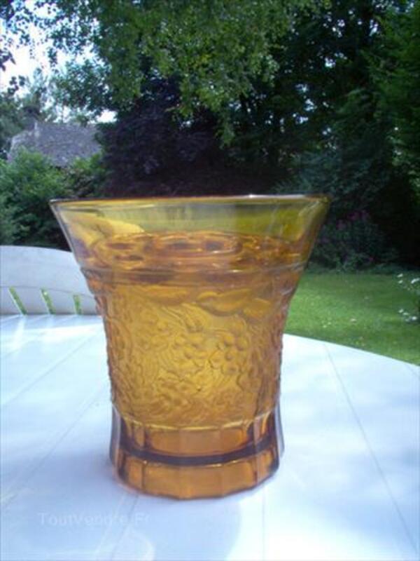 Vase en cristal moulé jaune et son pique fleurs-signé- 64410399