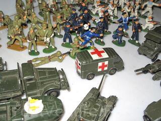 Vehicules dinky toys et soldats