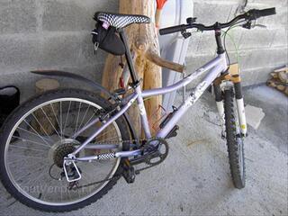 Vélo fille 8/12 ans très bon état  24 pouces