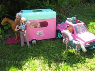 Voiture de Barbie avec van pour chevaux