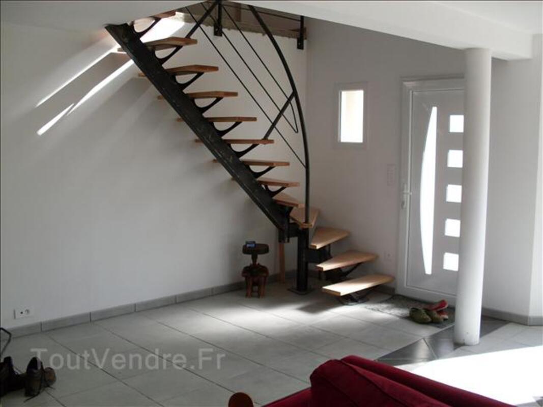 Escalier moderne tout metallique, metal bois ,limon central