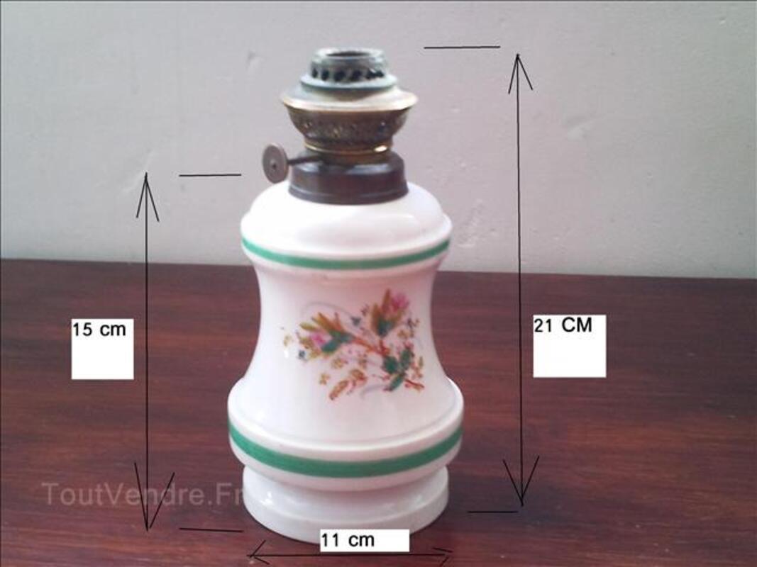 LAMPE A PETROLE EN PORCELAINE ANCIENNE