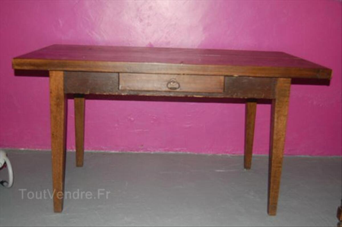 Vieux bureau en bois dans la chambre à coucher banque d images et